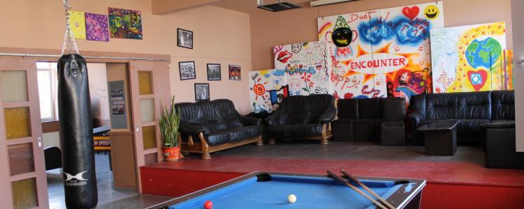 Blick auf den großen Raum mit Billard, Kicker, Boxsack und Bühne mit Sitzgelegenheiten (c) Keheggi