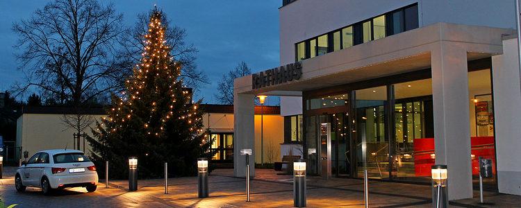Der hell erleuchtete Weihnachtsbaum vor dem Rathaus
